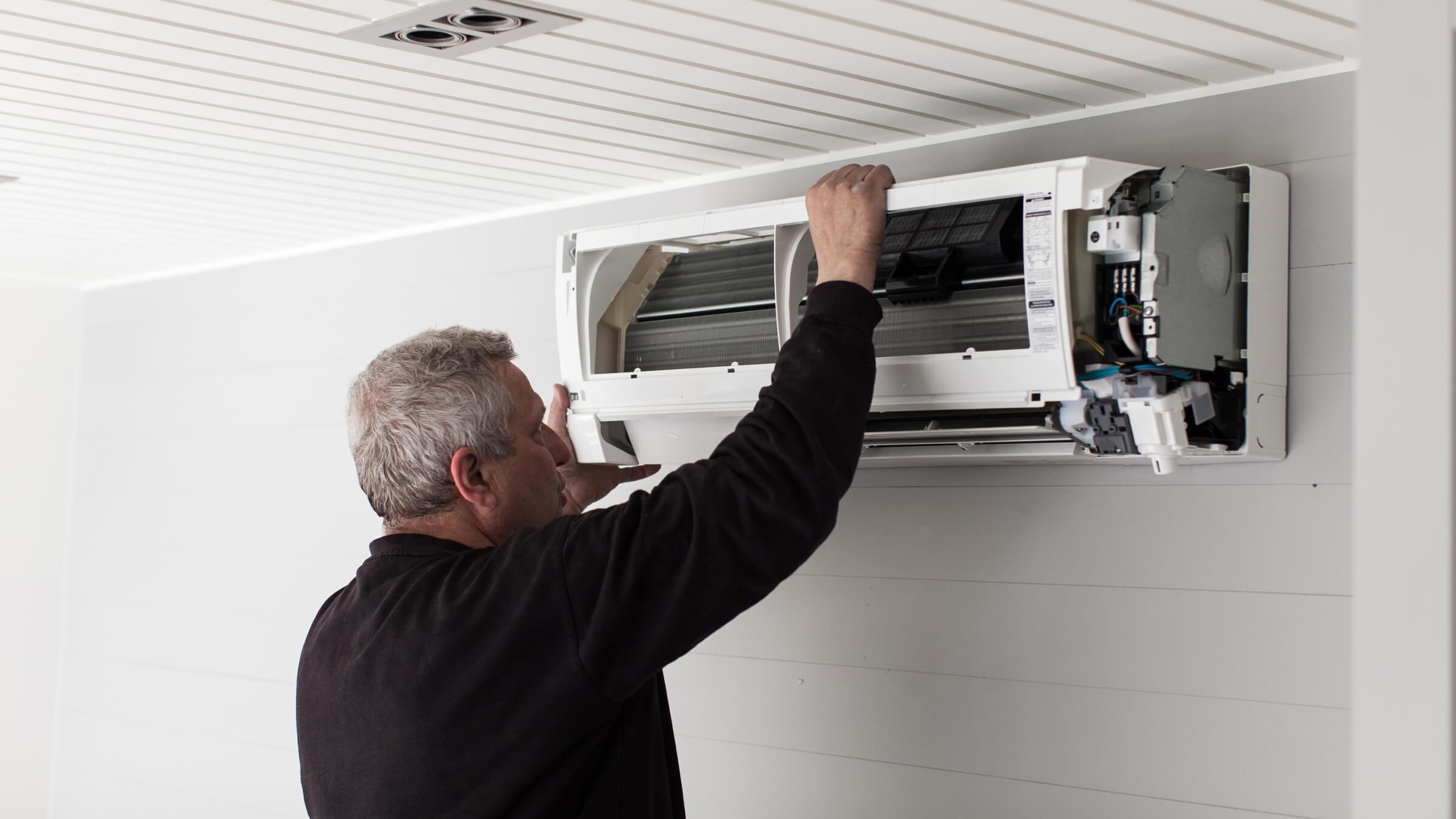 Service på en luft-til-luft-varmepumpe